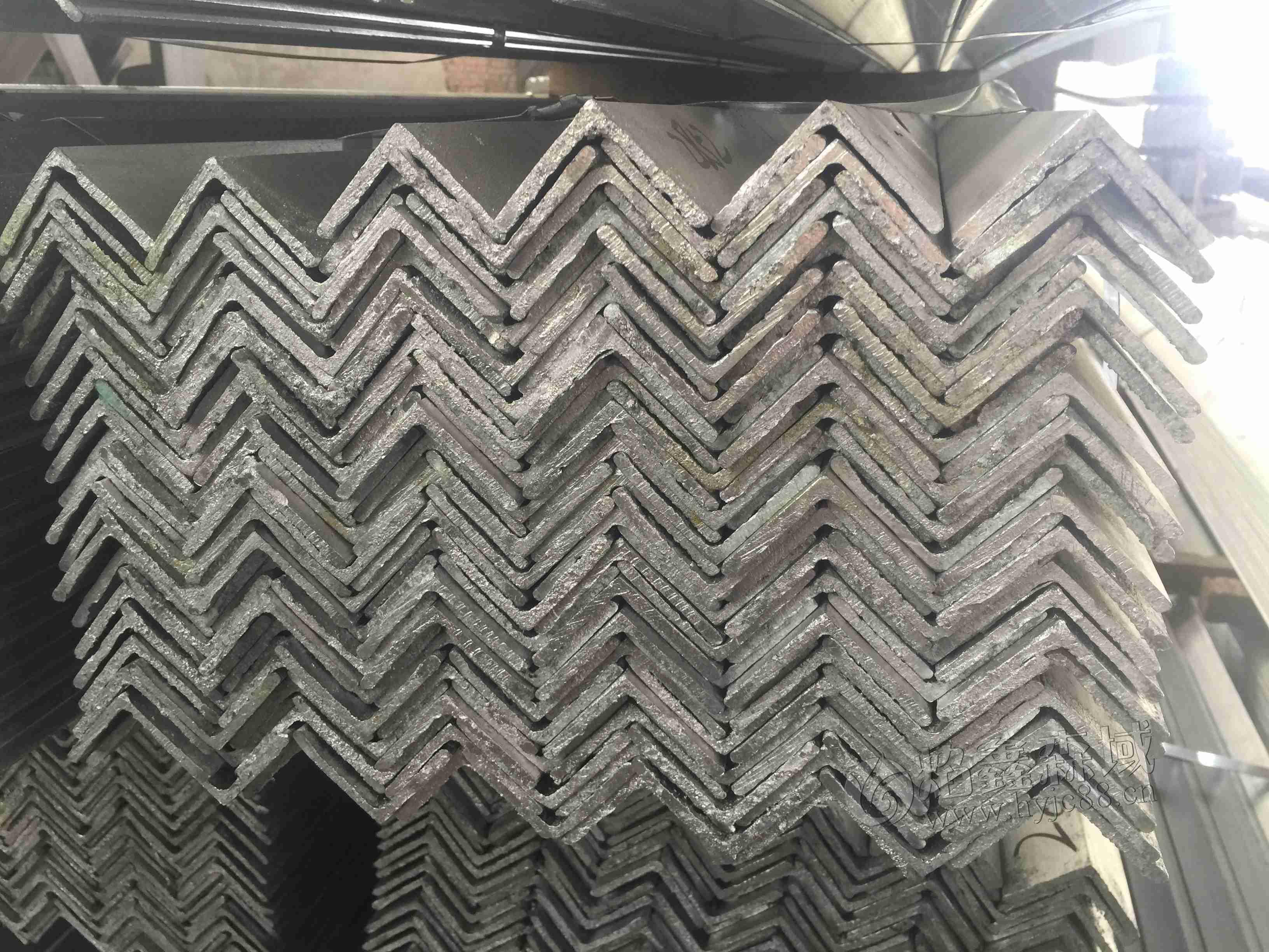 今日江苏镀锌角钢价格是多少?